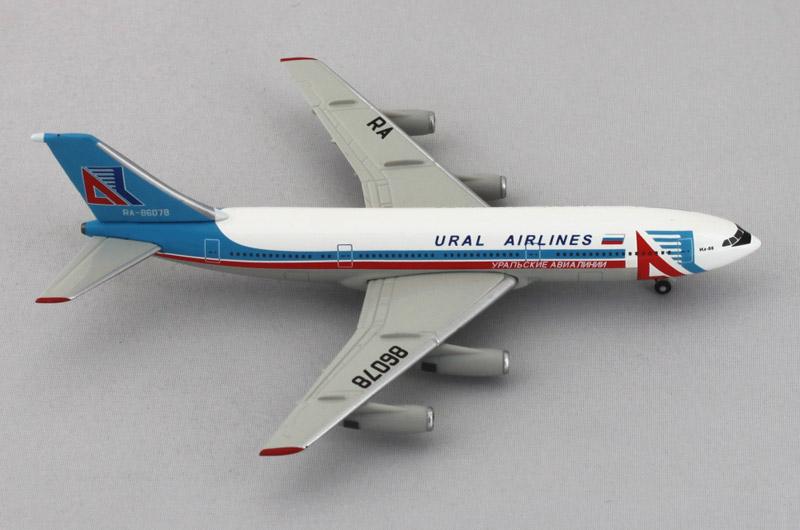 Модель самолета A320 Уральские авиалинии в масштабе 1 400